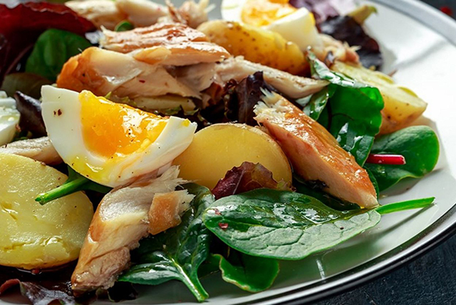 salata s kartofi i yaica i riba 1