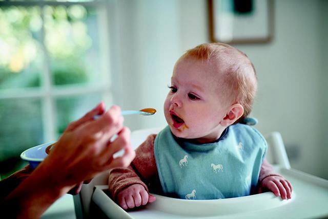 maika hrani malko dete s lajica 1