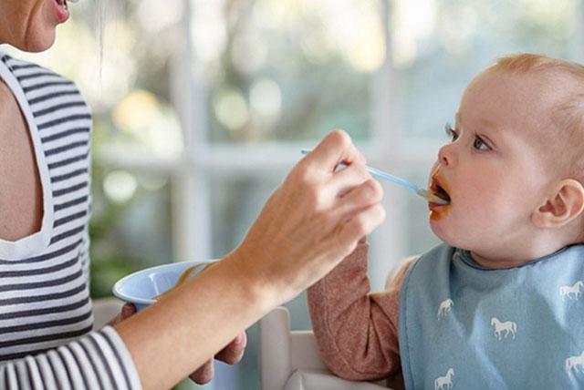 hranene-na-bebe-s-lujica